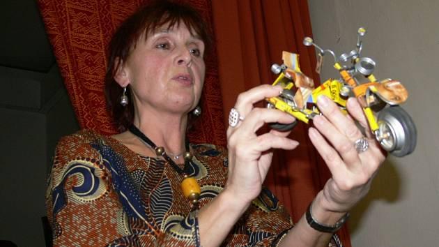 Mezi trofejemi z Mali má Věra Kovářová i tuhle motorku vyrobenou z různých plechových odpadků.