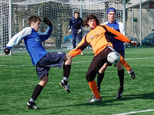 Fotbalisté Šumperku (oranžové dresy) hostili v přípravném utkání Velké Losiny