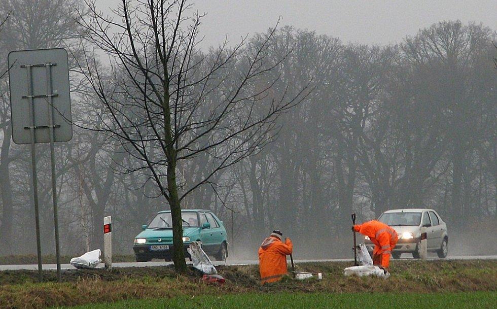 Ve čtvrtek 18. února dopoledne ještě silničáři na Bludovském kopci odklízeli trosky havarovaného vozu, v němž ve středu večer zemřeli dva mladí lidé.