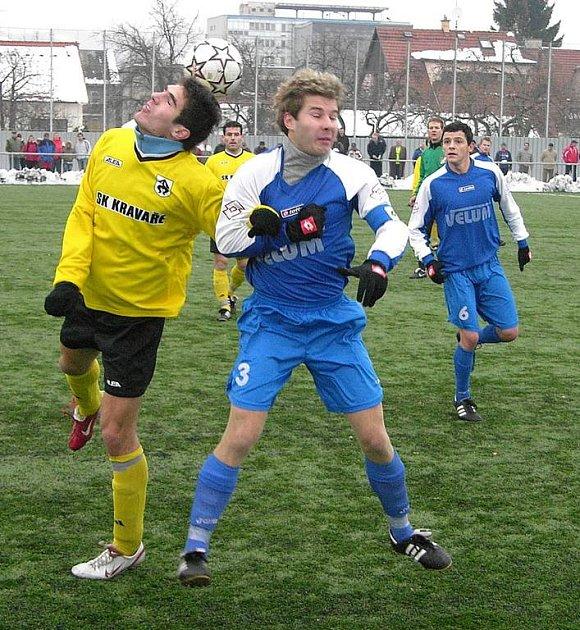 Losinský Martin Strnad (vpravo) ve vzdušném souboji v utkání s Kravařemi.