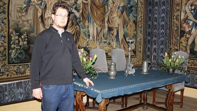 Jiří Doupal v jedné z žerotínských komnat v zámku Velké Losiny.