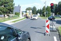 Dopravu na rekonstruované křižovatce v Lipové-lázních řídí semafory. Řada řidičů jezdí na červenou.