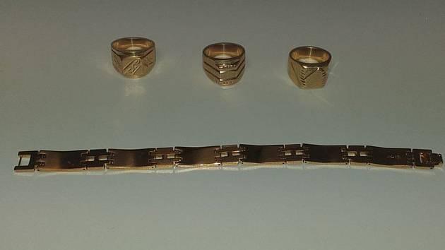 Falešné zlaté šperky z Mohelnice.