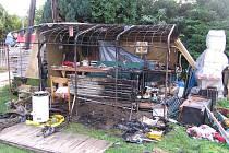 Požárem zničená zahradní chatka, ze které vytáhli polomrtvého muže