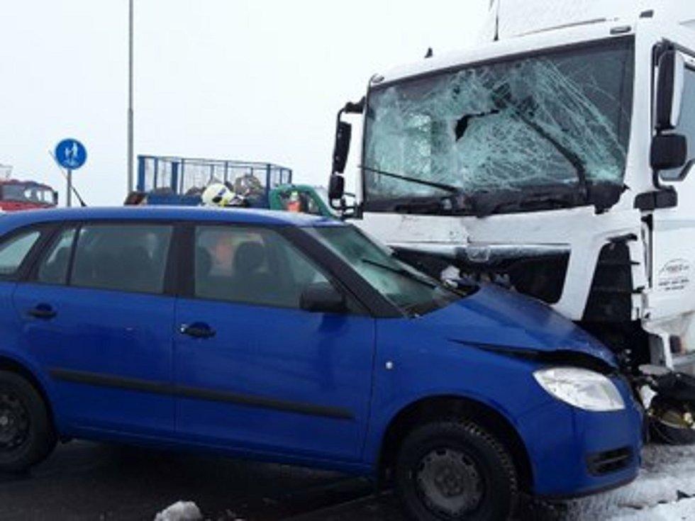 Nehoda tří aut v úterý 2. února u Rapotína