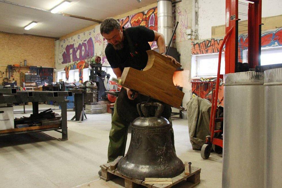 Dokončovací práce na zvonu svatý František ulitém zábřežskými zvoníky a jejich přáteli.