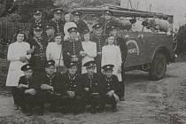 MUŽI I ŽENY. První členská základna temenického hasičského sboru po roce 1948.