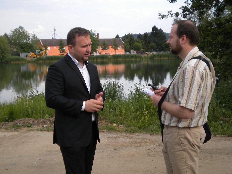 Ministr Marian Jurečka u rybníku Benátky v Šumperku.