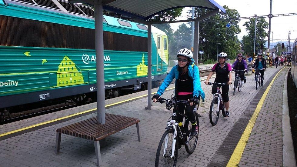 Elektrickou soupravu na Železnici Desná táhne lokomotiva přezdívaná Peršing. Zdobí ji zelený polep se siluetami dominant obcí a měst na podhorské lokálce. Vagony dříve vozily cestující v rychlících v Německu.