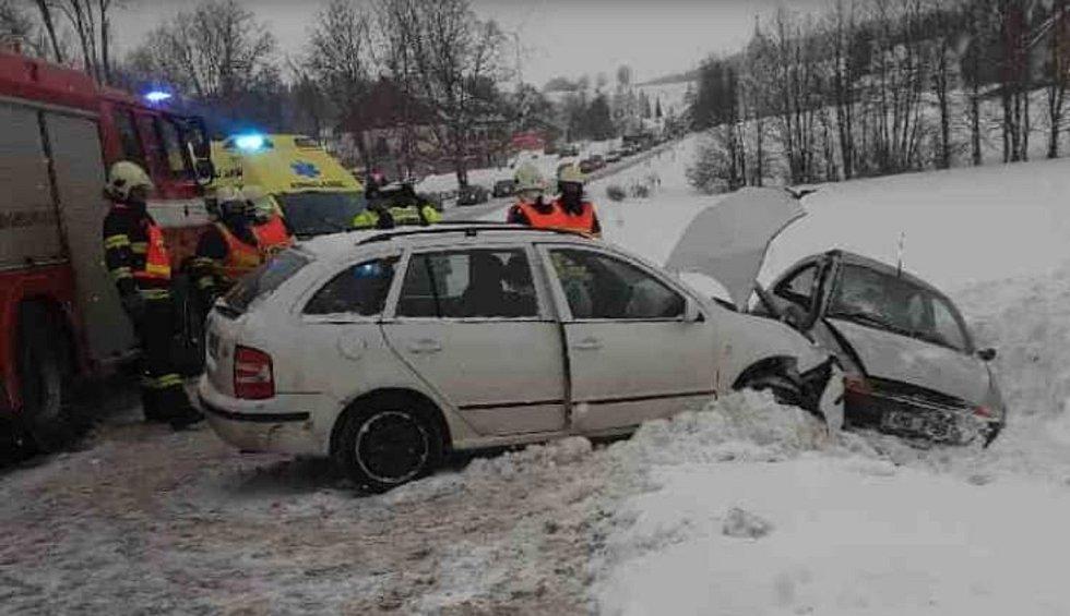Po srážce dvou aut museli ve vozidlech uvězněné lidi vyprošťovat hasiči.