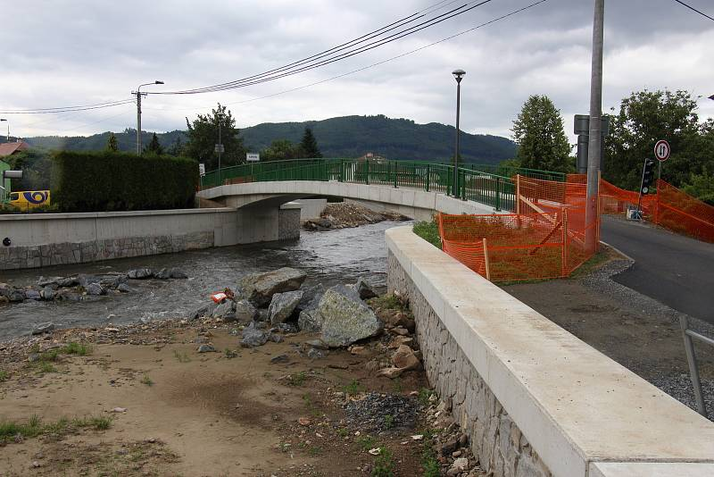 Stavba protipovodňových opatření na řece Desné - lokalita u mostu U Zmrzlináře.