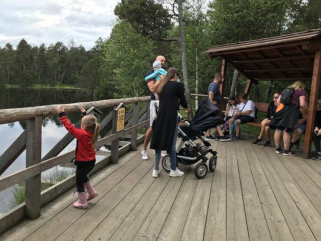 Rejvízpatří mezi nejvyhledávanější turistické cíle vJeseníkách. Velké mechové jezírko oletošních prázdninách přitahuje davy návštěvníků. Poláků však ubylo.  19.července 2020