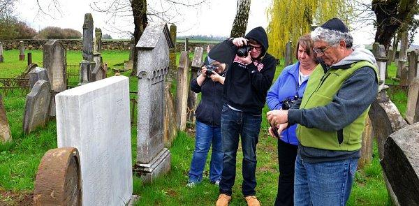 Američtí studenti a jejich lektoři zavítali také na židovský hřbitov vÚsově, kde si prohlédli náhrobek Abrahama Leipnikera Löwyho, předka amerického ministra zahraničí Johna Kerryho.