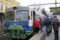 Na tratích soukromé Železnice Desná zatím cestující přepravují motorové vozy. Od podzimu příštího roku má být trať do Koutů nad Desnou elektrifikovaná.