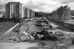 STAVBA ZDÁRNĚ POKRAČUJE. Výstavba průtahu Šumperkem, pohled na dnešní ulici Jesenickou od křižovatky sulicí Lidickou ve směru na Rapotín.