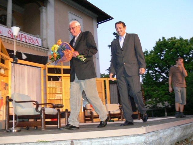 Ředitel Divadla Šumperk Oldřich Svozil odchází z jeviště spolu se starostou města Zdeňkem Brožem.