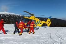 Záchranáři transportují dívku do vrtulníku