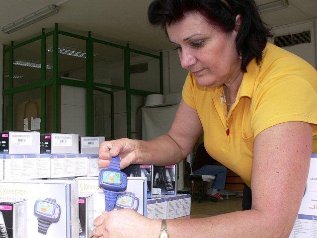 """Pracovnice Charity Zábřeh ukazuje """"chytrý"""" náramek"""