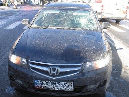 Honda Accord s rozbitým čelním sklem po srážce s chodcem