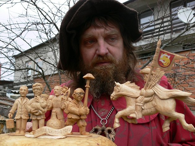 Řezbář Jaroslav Beneš ukazuje nové figurky.