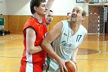 Šumperský basketbalista Petr Špunda (s míčem)
