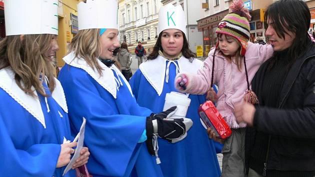 Šumperský sbor Motýli zpěvem koledoval v ulicích pro tříkrálovou sbírku.