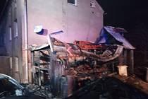 Požár stodoly a střechy rodinného domu ve Vápenné.
