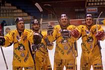 Draci Hulva, Mihalík, Meluzín a Orsava (zleva) děkují fanouškům po výhře v Olomouci