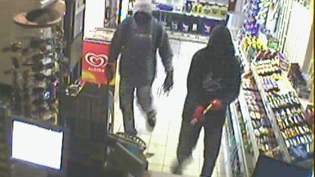 Záznam bezpečnostní kamery ukazuje dva jednadvacetileté mladíky při loupeži v mohelnické benzínové stanici.