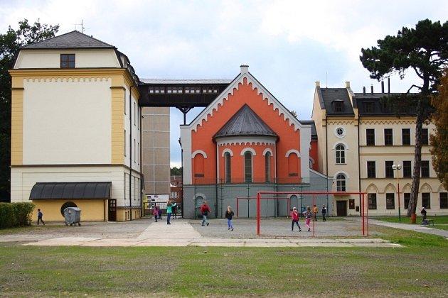 V areálu bývalého kláštera voršilek v centru Jeseníku dnes sídlí základní škola. Na travnaté ploše v popředí stávala budova Kordu.
