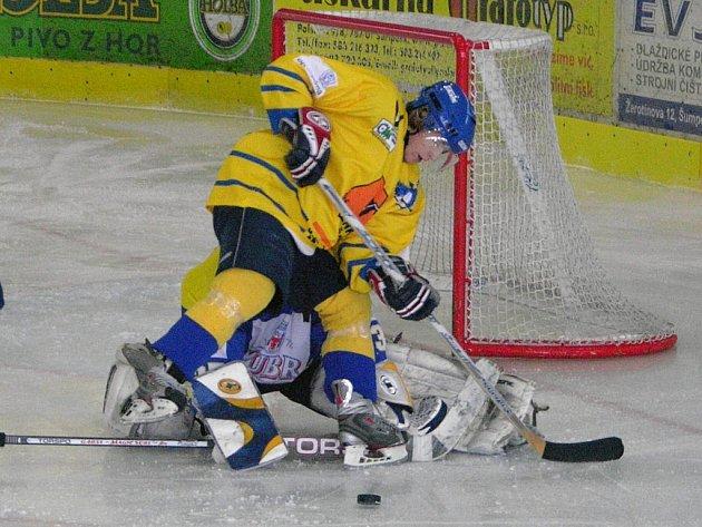Jan Přikryl v šanci v utkání juniorské 1. ligy. Draci bývají před bránou hostů často.