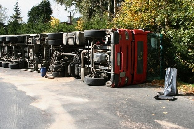 Kamion se převrátil cestou na Červenohorské sedlo.