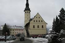Náměstí s radnicí ve Starém Městě v zimě.