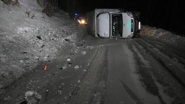 Nákladní auto převrátil na bok u Horních Studének ve středu 1. února kolem třiadvacáté hodiny jeho řidič