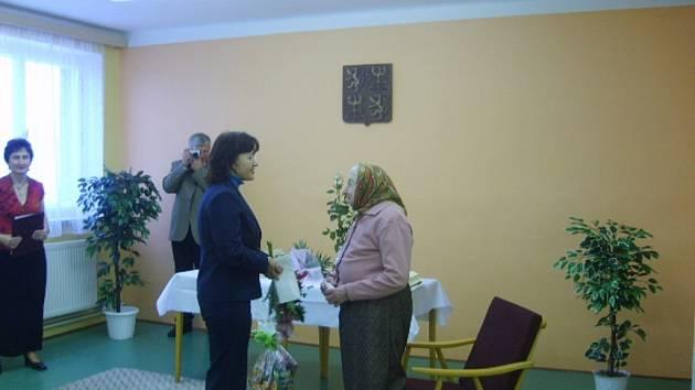 Oslavenkyni přišla popřát i ředitelka Okresní správy sociálního zabezpečení v Šumperku Lubica Semerádová.