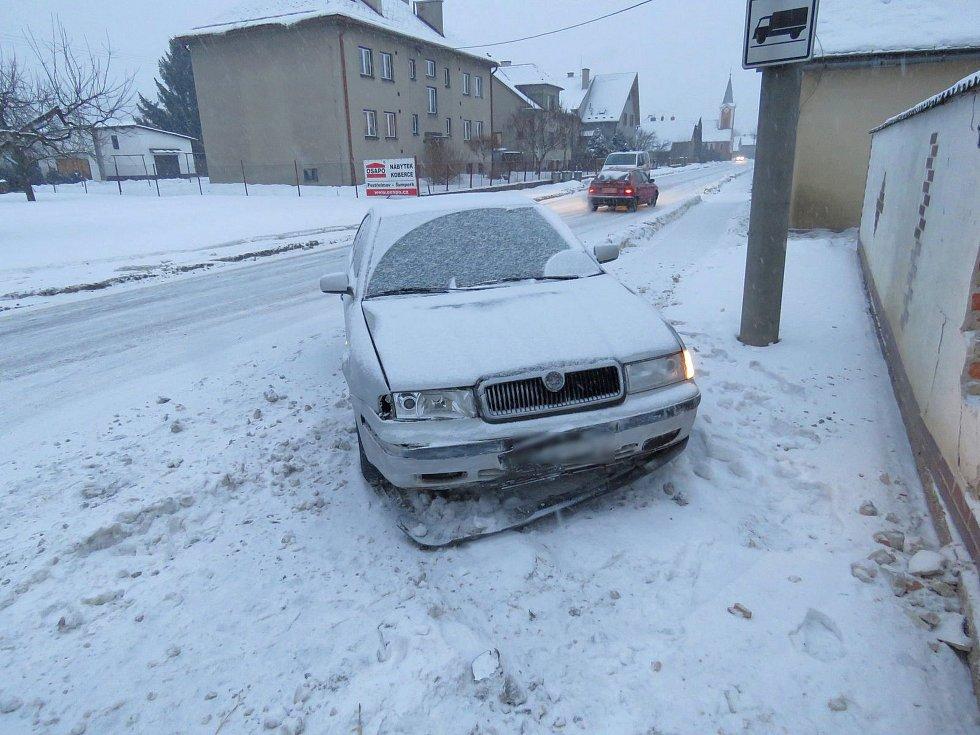 Řidička Škody Octavie bourala v úterý 31. ledna v Sudkově. Po smyku se zastavila až o zeď u domu, do níž udělalo auto velkou díru.