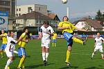 Šumperští fotbalisté (žluté dresy) deklasovali Valašské Meziříčí