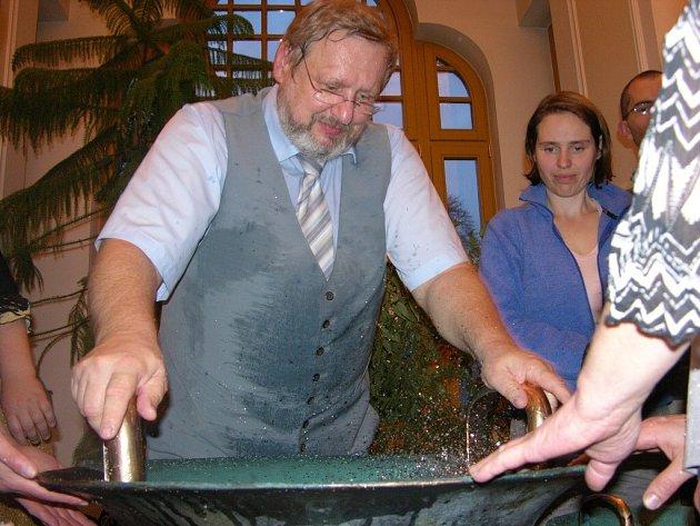 Tomáš Pfeiffer představil v šumperském divadle vodnářský zvon.