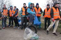 Studenti Střední školy automobilní v Zábřehu se ve středu 8. dubna připojili k akci Ukliďme Česko. Vysbírali odpadky podél silnice ze Zábřehu na Lesnici.