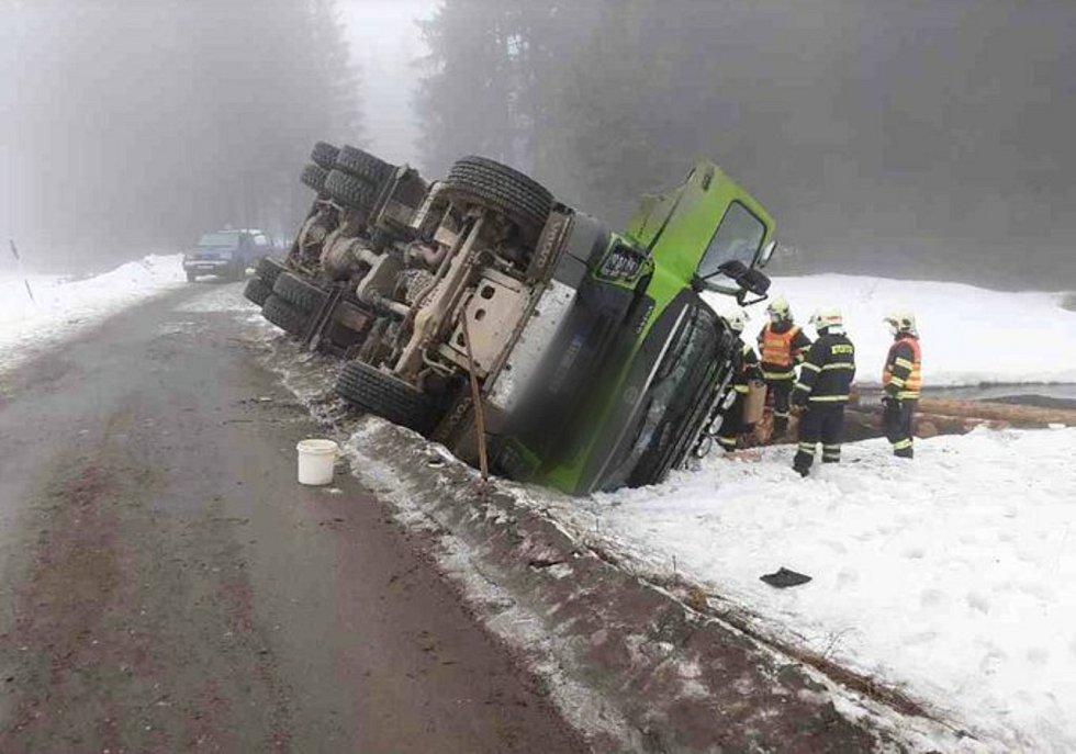 Nehoda nákladního vozu na Rejvízu.