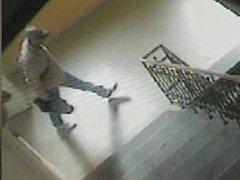 Pachatele vloupání do kanceláře v Obchodním korzu v Šumperku zachytily bezpečnostní kamery.