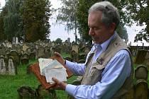 Americký člen loštického spolku Respekt a tolerance Stanton Canter s dopisy, které koupil pro projekt Obyčejní lidé v neobyčejných časech