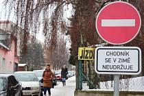 Jednou z ulic v Zábřehu, kde se během zimy pluží a sype chodník jen po jedné straně, je ulice Žerotínov. Na druhém chodníku upozorňuje kolemjdoucí cedule, že se v zimě neudržuje.