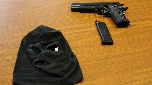 Maketa zbraně a kukla, které pachatel použil k loupežnému přepadení pošty v Dolních Studénkách.