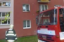 Požár zcela zničil vybavení kuchyně, zakouřil také horní byt. Následkem požáru navíc praskly stupačky vody, která poškodila byt pod hořícím bytem.