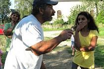 Romští obyvatelé vesnice Uhelná během schůzky se starostou obce