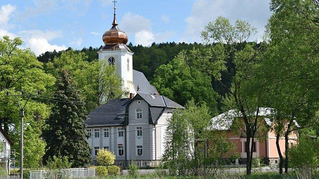 Stará Červená Voda na Jesenicku. Kostel a obecní úřad.