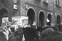Jedno ze shromáždění v listopadu 1989 u šumperského divadla.