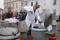 Tradiční cechovní zabijačku pořádal v neděli 15. prosince v Mohelnici místní spolek recesistů, který si říká Cech přátel pátého ročního období.