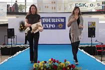 Členky Mohelnického klubu ručních řemesel na přehlídkovém molu veletrhu Tourism Expo v Olomouci